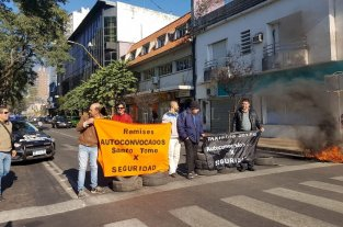 Protesta de taxistas y remiseros con quema de cubiertas -  -