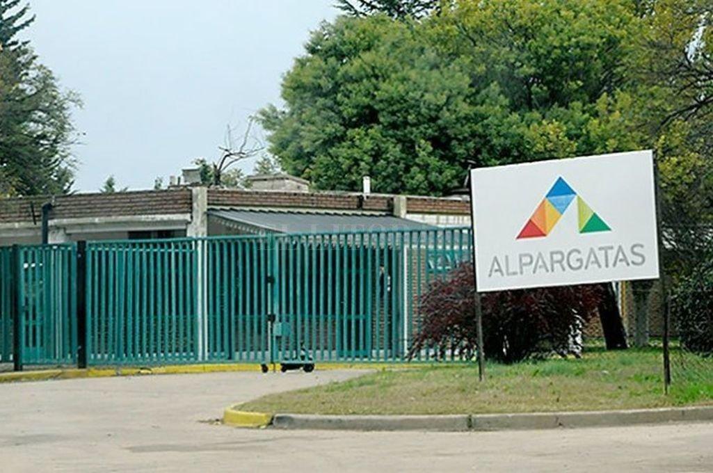 Por la crisis, Alpargatas abandona el negocio textil en la Argentina