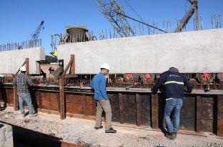 Avanzan las obras para conectar el Belgrano Cargas con los puertos - Los pilotes sobre los que se emplazará el puente que permitirá a los convoyes sortear el río Carcarañá. -