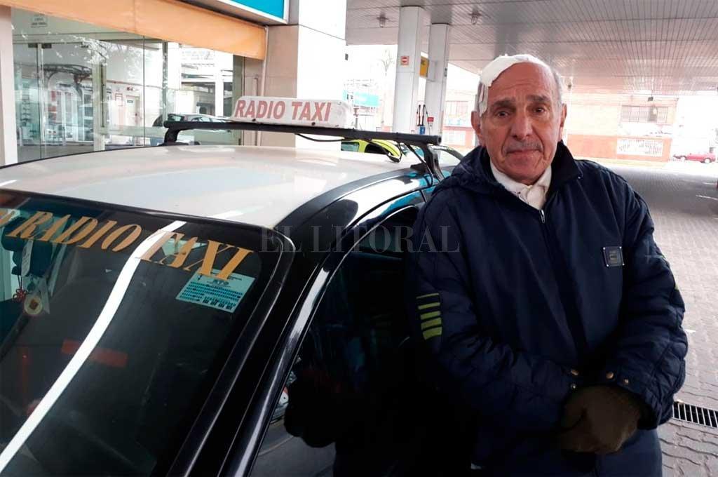 """Además de manejar un taxi, Juan Carlos, que tiene 76 años, corre maratones. """"Son mis dos pasiones. Y no las voy a dejar"""", dijo. <strong>Foto:</strong> Danilo Chiapello"""