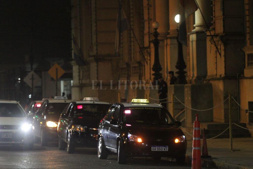 Taxis y remises en la puerta del Ministerio de Seguridad, durante una de las tantas protestas que de los choferes llevaron adelante este año. Crédito: Pablo Aguirre