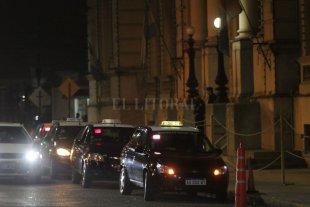 Tras más de 20 robos en un mes, los taxistas y remiseros serán escuchados - Taxis y remises en la puerta del Ministerio de Seguridad, durante una de las tantas protestas que de los choferes llevaron adelante este año. -