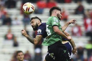 "Unión suma a un nuevo refuerzo: Federico Milo - Milo disputando un balón con el ""Oso"" Pratto. -"