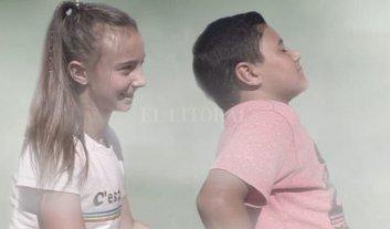 Ojos que no ven, corazones que sienten  - Los protagonistas del film son alumnos de una escuela de San Carlos Centro, que compartieron mucho tiempo con personas ciegas para moldear sus actuaciones. -