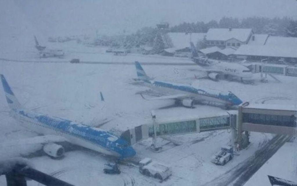 Vuelos desviados, cancelados y demorados por la intensa nieve en Bariloche