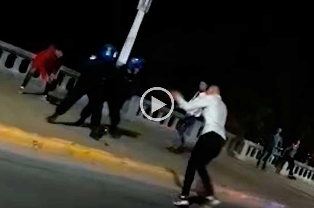 Video: a las piñas contra la policía en plena costanera de Paraná