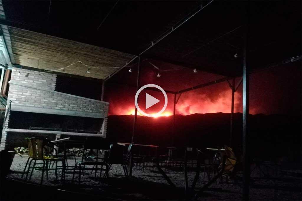 El fuego obligó a evacuar a turistas y pobladores de localidades cordilleranas de Mendoza