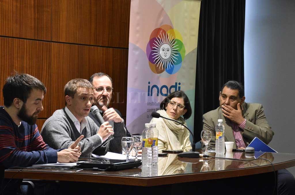En el panel, a cargo de la delegada del Inadi en Santa Fe, Caren Schibelbein, los expositores brindaron una mirada jurídica y filosófica sobre la segregación social que sufre el colectivo trans y travesti.  Crédito: Luis Cetraro