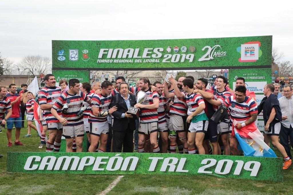 Old Resian Club celebra la conquista tan ansiada, tras recibir el trofeo de manos de Gonzalo Crespi, presidente de la Unión de Rugby de Rosario. <strong>Foto:</strong> Santa Fe Producciones