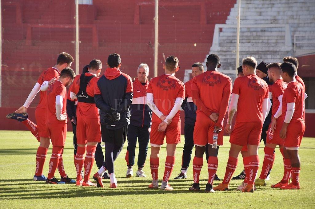 Madelón y la charla técnica previa al amistoso contra Godoy Cruz, que se jugó a principios de julio. Crédito: Manuel Fabatia