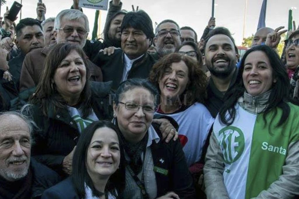 Evo Morales junto a Jorge Hoffman y militantes en el predio de ATE, donde se hospedó. <strong>Foto:</strong> Gentileza ATE