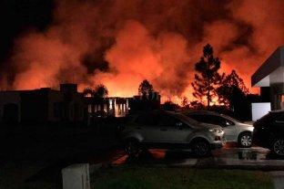 Desde enero, hubo 342 incendios de pastizales - Desde varios sectores del barrio privado Aires del Llano, se pudo apreciar el incendio. Los vecinos vivieron varias horas de incertidumbre porque el viento era muy fuerte y fue difícil controlar las llamas.  -