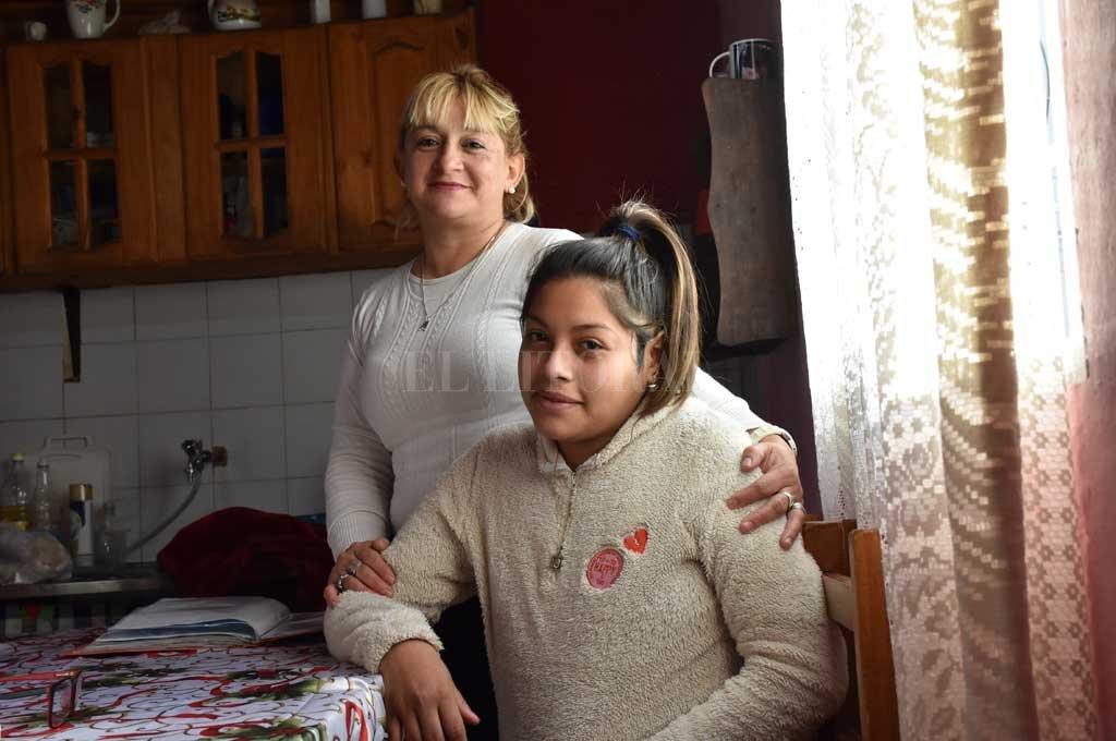 """El Síndrome de Sjögren, un """"compañero"""" tan incómodo y molesto como complicado - Siempre juntas. Alejandra Carabajal y su hija Araceli Figueroa enfrentan unidas el desafío que les plantea una enfermedad crónica, de la que no sabían absolutamente nada y que las obliga a un continuo estado de aprendizaje. La contención familiar es primordial. -"""