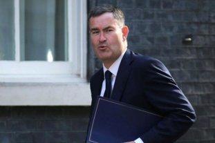 Ola de renuncias en el Gobierno británico
