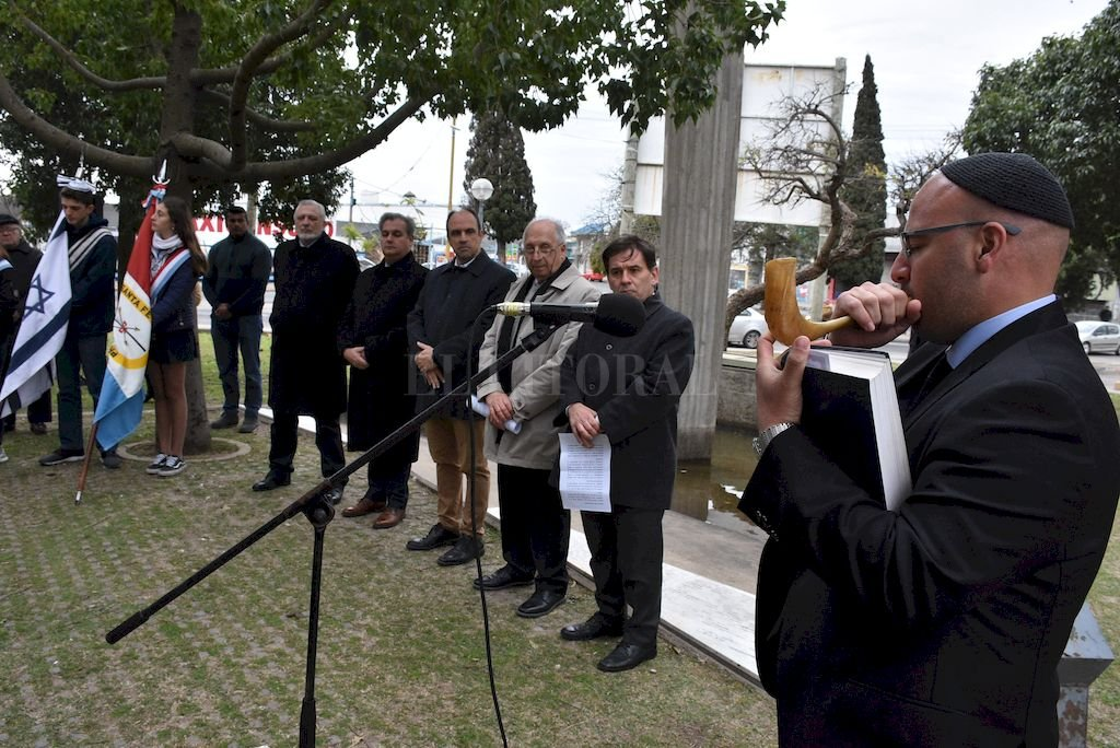 Con una invocación religiosa y el sonar del shofar en la plazoleta Danilo Villaverde se inició el acto santafesino recordando el vigésimo quinto aniversario del atentado a la AMIA. <strong>Foto:</strong> Guillermo Di Salvatore