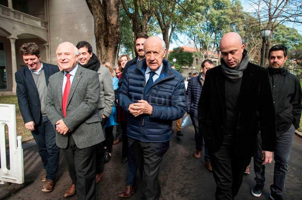 El candidato de Consenso Federal, de recorrida por Rosario junto al gobernador Miguel Lifschitz y el candidato a diputado nacional Enrique Estévez. <strong>Foto:</strong> Marcelo Manera