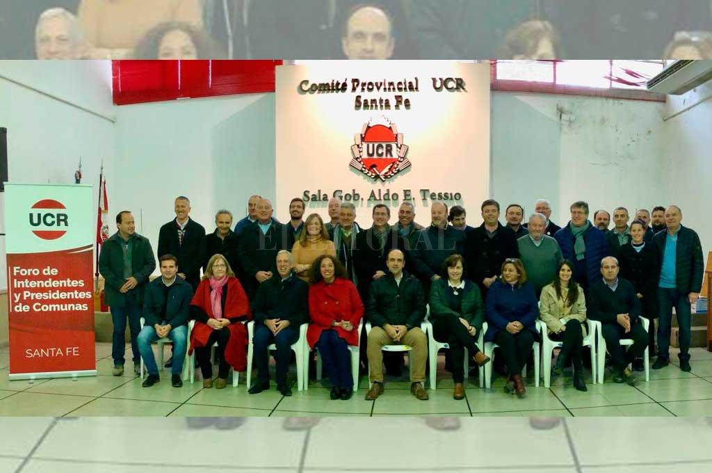 Sobre el final de la reunión hubo foto de los participantes en la sede del comité provincial. <strong>Foto:</strong> Gentileza UCR