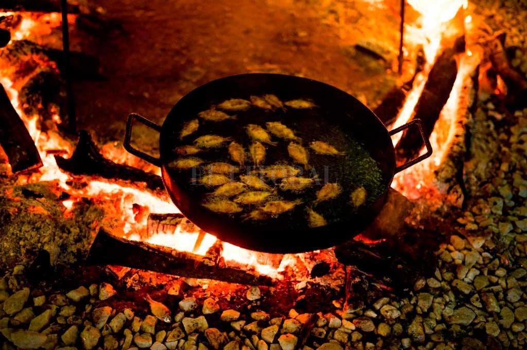 Mojarras Cumbre. Así fritaron las mojarritas los cocineros de Cocina en Altura y Manifiesto Umami en la cena para los cancilleres y ministros.  Crédito: Gentileza Cocina en Altura