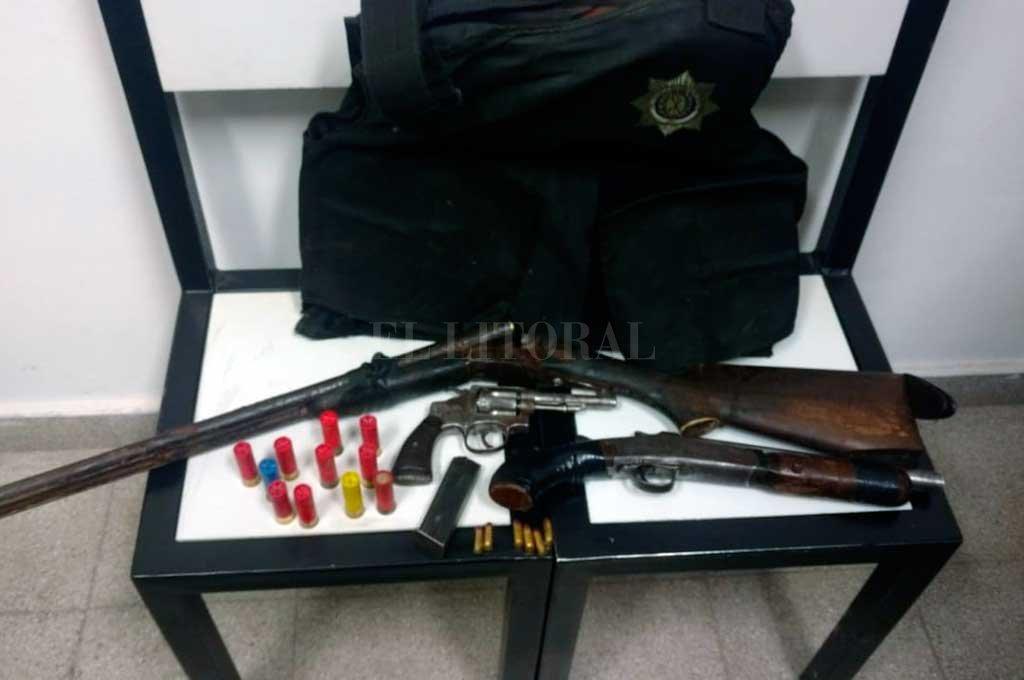 La policía secuestró en el lugar un chaleco balístico y tres armas de fuego. Crédito: El Litoral
