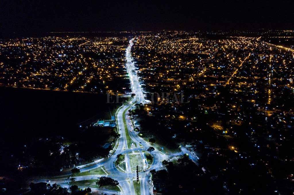 Toma aérea de la renovada Av Blas Parera. Entre las modificaciones, la artería principal del norte de la ciudad cuenta con luces led.  Crédito: Archivo El Litoral