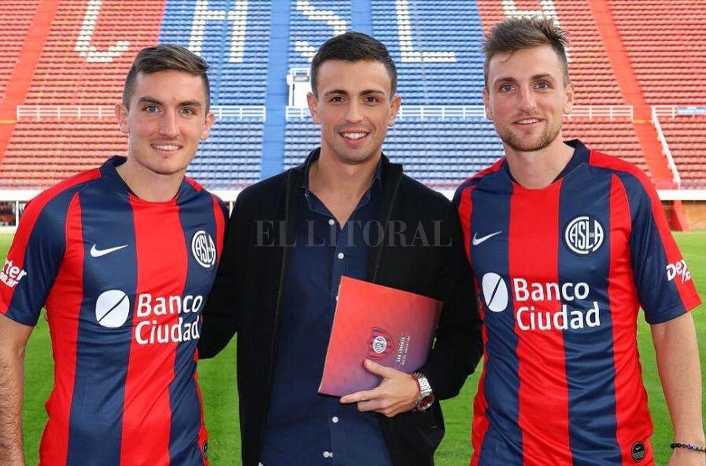Los hermanos Pittón junto a Alan Poch, el día que se firmó el contrato en el Nuevo Gasómetro. Crédito: El Litoral