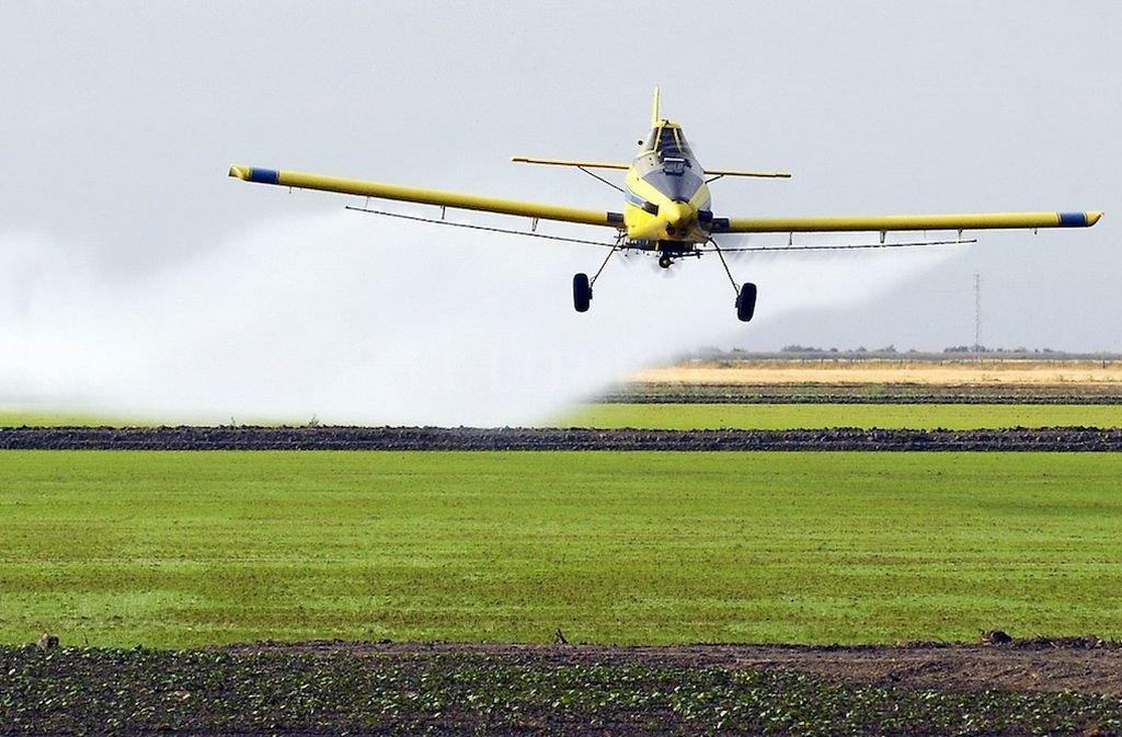 Fumigador. Un avión sobrevuela un campo y arroja agroquímicos. <strong>Foto:</strong> Archivo
