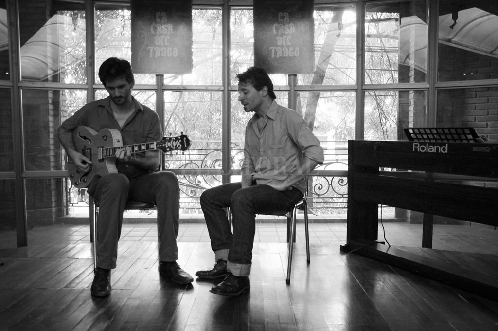 Con Sebastián Luna en guitarras y arreglos y Guillermo Ibáñez en voz, la producción reúne tangos, milongas y valses. <strong>Foto:</strong> Gentileza Belén Luna