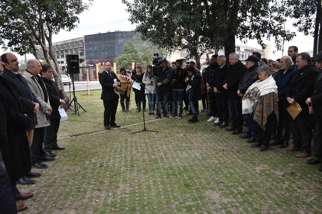 Homenaje a las víctimas del atentado a la AMIA en la plazoleta Danilo Villaverde. <strong>Foto:</strong> Guillermo Di Salvatore