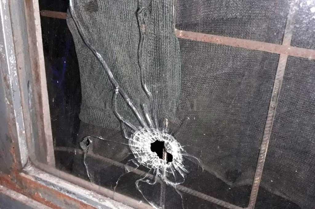 La noche del sábado, un grupo de malvivientes abrió fuego contra la casa de un puestero. Uno de los balazos pegó en la ventana. <strong>Foto:</strong> Gentileza