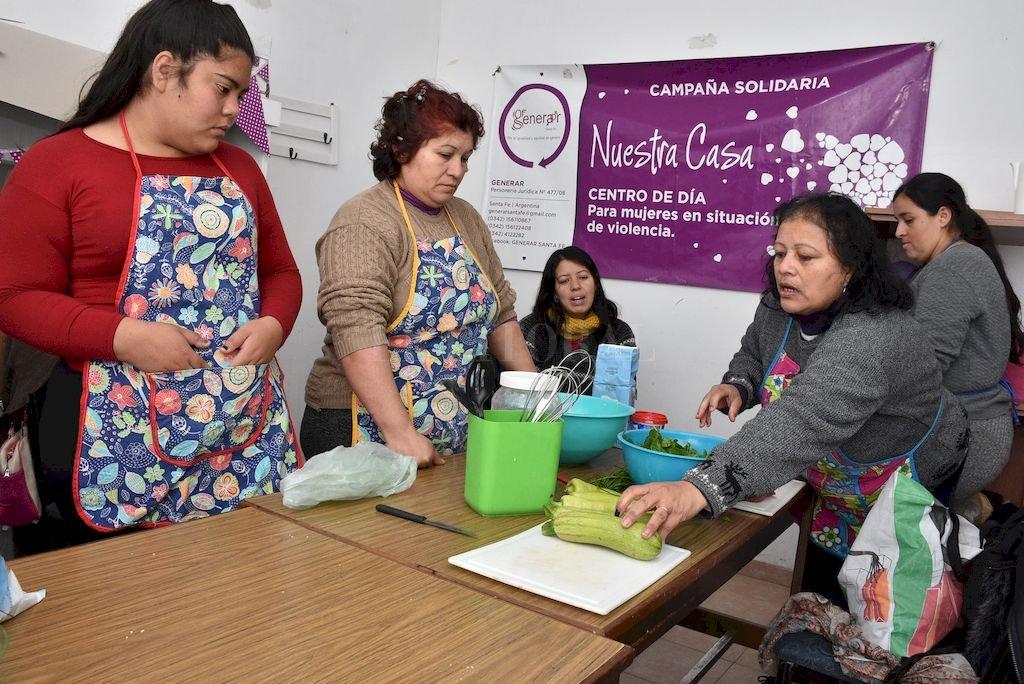 El taller de cocina funciona dos veces por semana y permite aprender nuevas técnicas además de posibilitar una salida laboral. <strong>Foto:</strong> Guillermo Di Salvatore