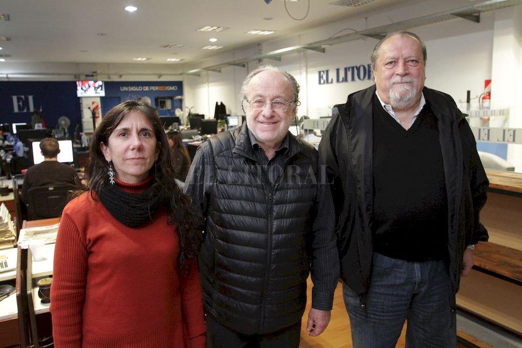 Wainfeld fue invitado por Sadop Santa Fe y estuvo acompañado por su secretario general, Pedro Bayúgar, y la secretaria de Cultura, Cecilia Santa María. Crédito: Pablo Aguirre