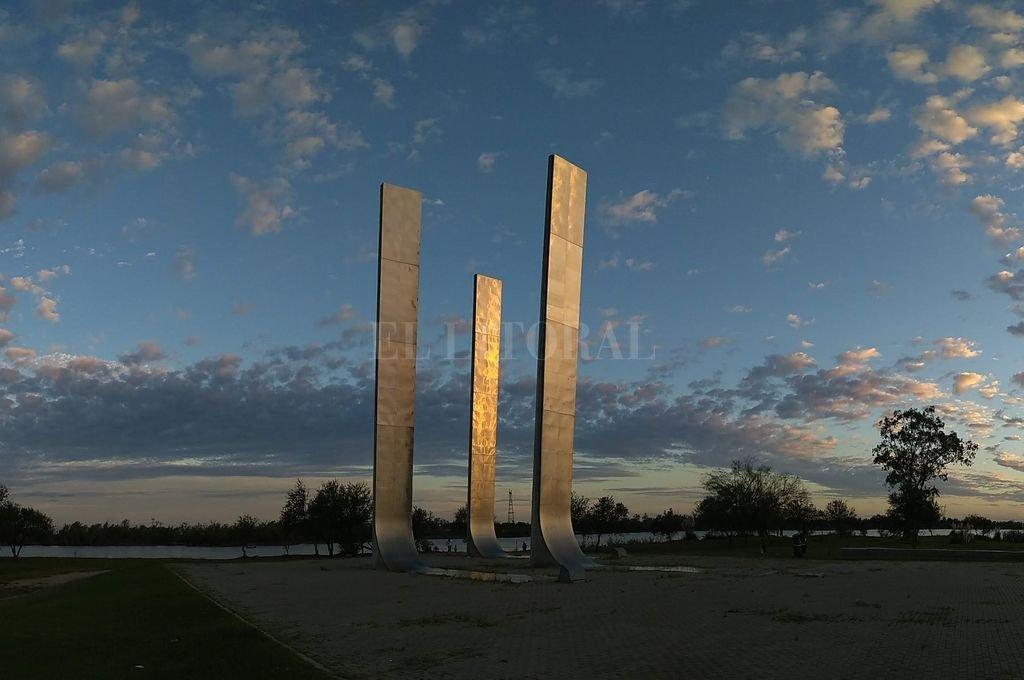 Conjunto de tres tótems, que representan los poderes del Estado en el Parque de la Constitución. Las estructuras de 16 metros de alto están emplazadas en la Plaza Cívica, a metros del río. Crédito: José Vitttori