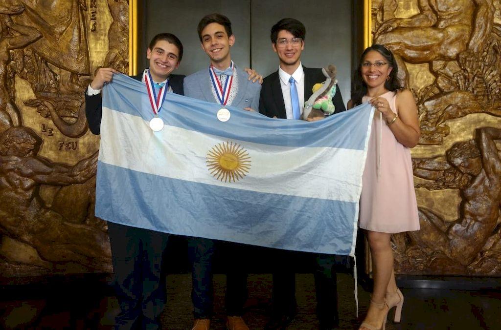 En París, el equipo nacional posó con el oro y el bronce después de la ceremonia de premiación. La última medalla dorada en química había sido en Tokio 2010. <strong>Foto:</strong> Gentileza Ciencias Exactas y Naturales de la UBA