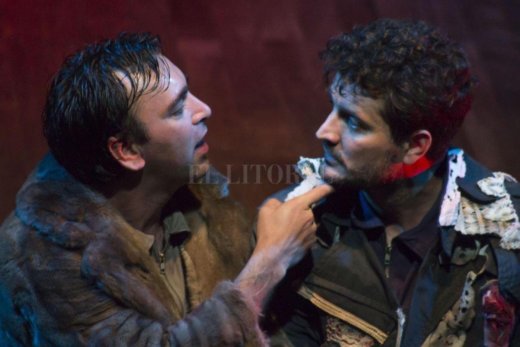 Octavio Bassó y Camilo Céspedes en una de las escenas de la obra.  <strong>Foto:</strong> Gentileza producción