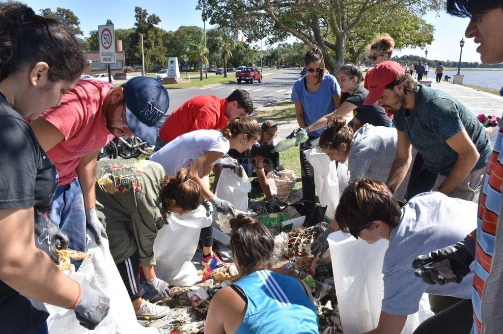 Los voluntarios trabajaron a destajo para limpiar la Setúbal. Los residuos reciclables fueron clasificados y enviados a una empresa de Paraná. <strong>Foto:</strong> Gentileza