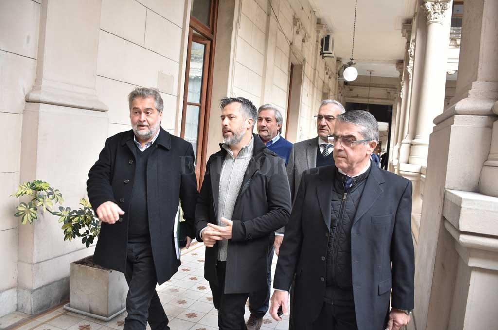 Los seis integrantes de la comisión de transición llegaron y se fueron de la Casa de Gobierno con carpetas bajo el brazo. Crédito: Guillermo Di Salvatore
