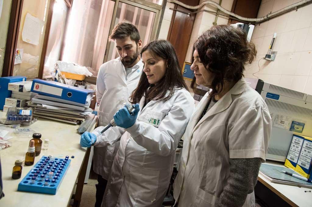 Laboratorio. Las muestras se entregan en el Hospital Centenario, de Rosario, donde funciona el sistema. Allí entregan además los instructivos para preparar las muestras. <strong>Foto:</strong> Marcelo Manera