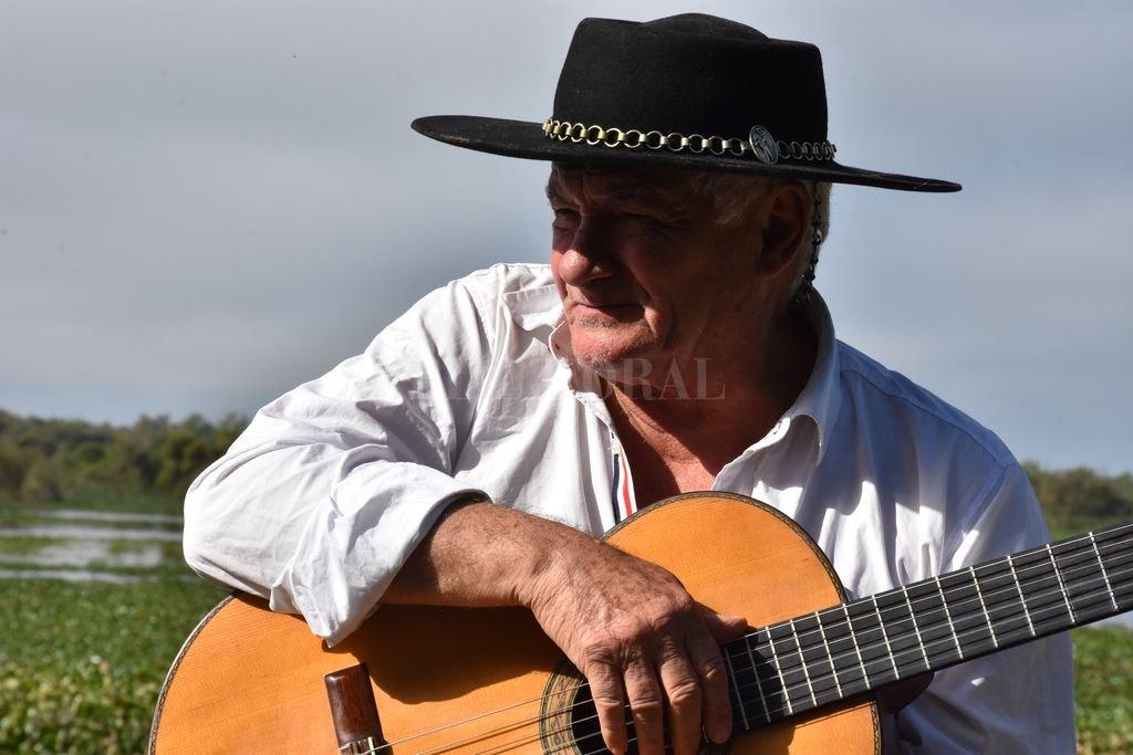 """El artista y el río, una unidad de quien vive como canta y canta como vive, en su """"rancho"""" en Sauce Viejo. <strong>Foto:</strong> Gentileza producción"""