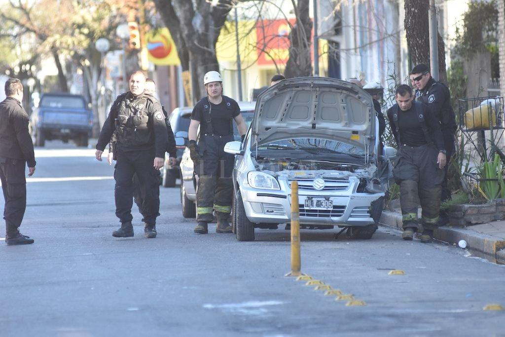 Bomberos trabajaron en el lugar para sacar al hombre del auto <strong>Foto:</strong> Flavio Raina