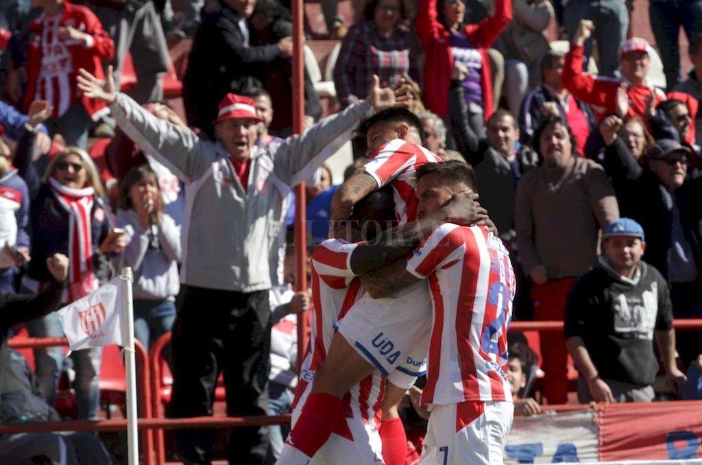 El festejo de Gómez Andrade luego de su gol, compartido con Bou y Méndez. Yeimar volvió a jugar un muy buen partido y esta vez también lo coronó convirtiendo. <strong>Foto:</strong> Pablo Aguirre
