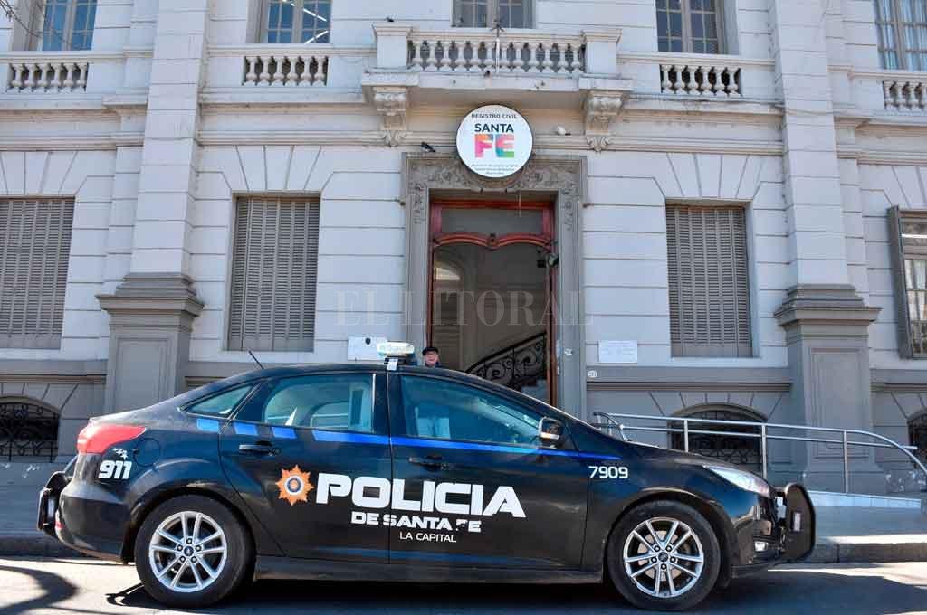 Misma fachada. Al igual que el viernes, un patrullero estuvo durante la mañana apostado frente al edificio central del Registro Civil en calle San Luis al 2900.  Crédito: Guillermo Di Salvatore.