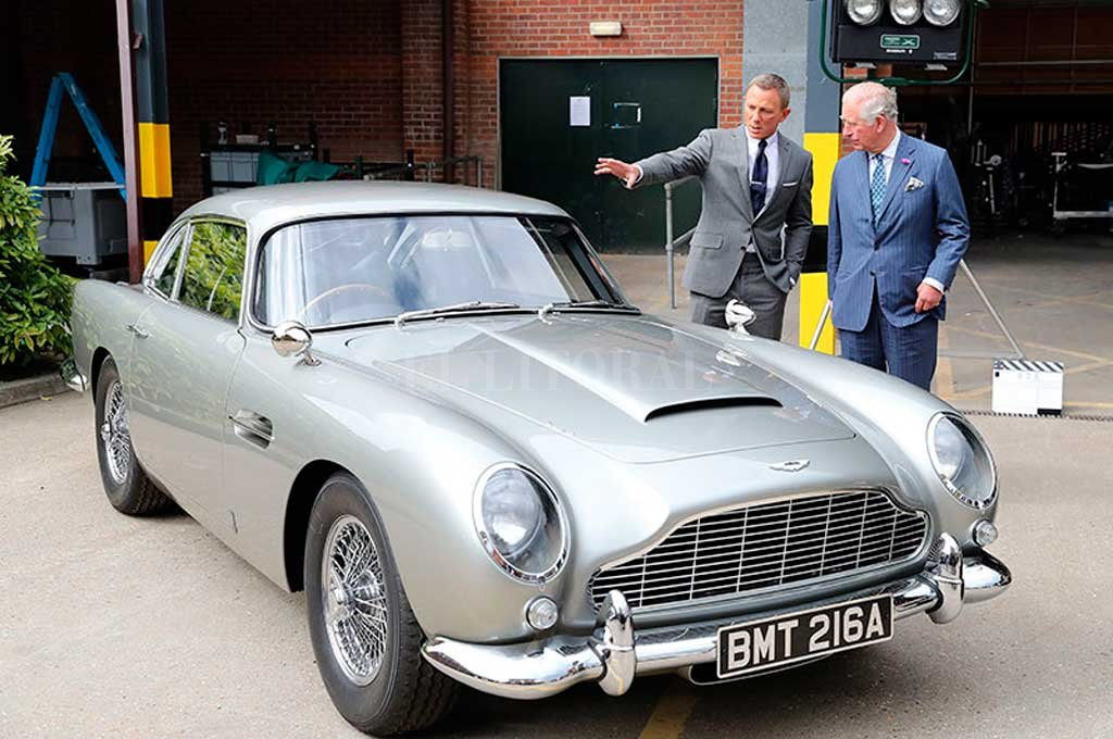 El príncipe del Reino Unido junto a Daniel Craig, quien interpreta actualmente al agente 007 Crédito: Gentileza