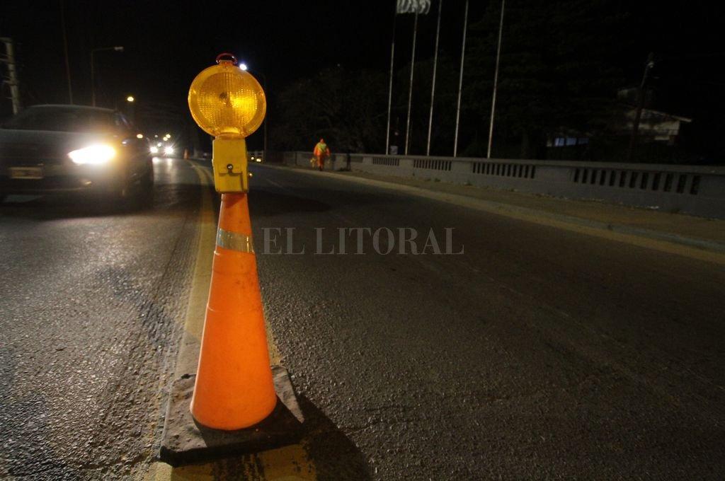 Puntapié inicial. En la noche del lunes los obreros señalizaron todo y comenzaron con la limpieza, extracción de tierra y desobstrucción de desagües sobre el Puente Carretero.   <strong>Foto:</strong> Pablo Aguirre
