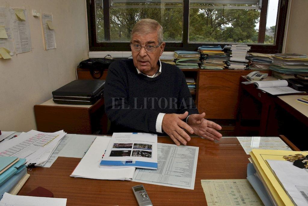 Carlos Paoli en su oficina ubicada en el INA, a metros de la Costanera santafesina. <strong>Foto:</strong> Guillermo Di Salvatore