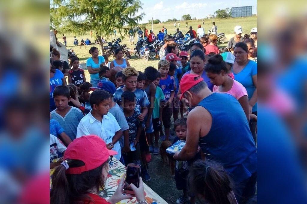 Siempre presentes. Actitud Solidaria visita periódicamente a la comunidad Com Caia de Recreo. La imagen muestra cuando entregaron útiles en marzo del año pasado.  <strong>Foto:</strong> Facebook