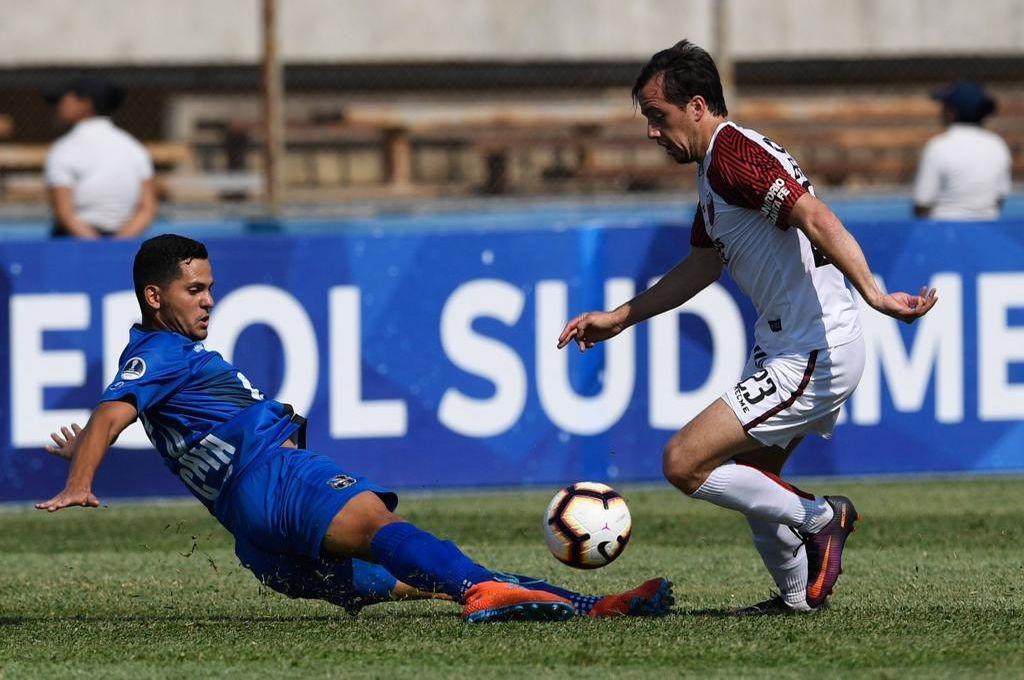 Christian Bernardi engancha ante un rival, el volante sabalero hizo gala de su cambio de ritmo en más de una oportunidad. Crédito: Prensa Zulia