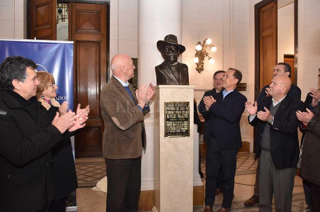 Un cerrado aplauso en reconocimiento a Palacios en la inauguración del busto en el hall del Palacio Legislativo. <strong>Foto:</strong> Flavio Raina