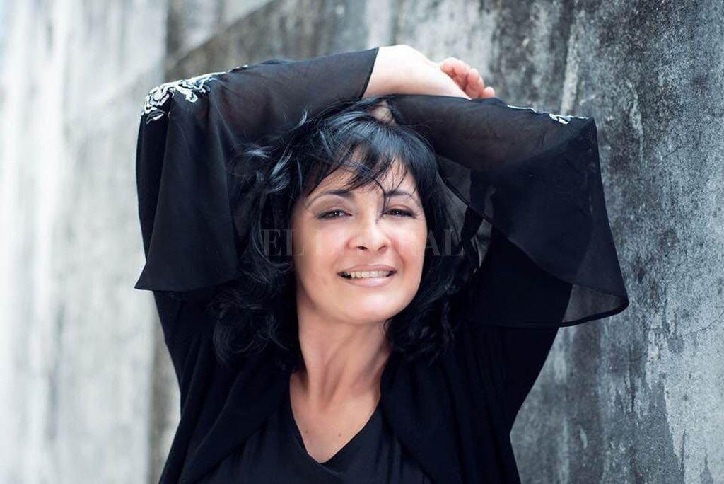 """""""En los puertos, las canciones llegan, cambian de piel, se mezclan con otras y terminan saliendo hacia otro puerto"""", afirma la cantante. <strong>Foto:</strong> Gentileza Victoria Vázquez"""