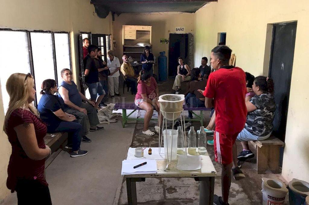 Los vecinos de Colastiné Sur prueban filtros de cerámica para potabilizar el agua del río. <strong>Foto:</strong> Gentileza