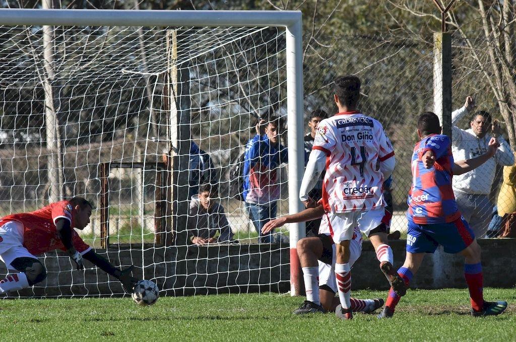 Momento clave. Mauricio Osurak (7) señala el 2 a 2 transitorio antes del cierre de la primera mitad, un gol que le dio vida a La Perla. <strong>Foto:</strong> Mauricio Garín